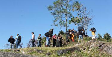 Venezuelanos cruzam fronteira com Brasil em busca de suprimentos básicos e refúgio