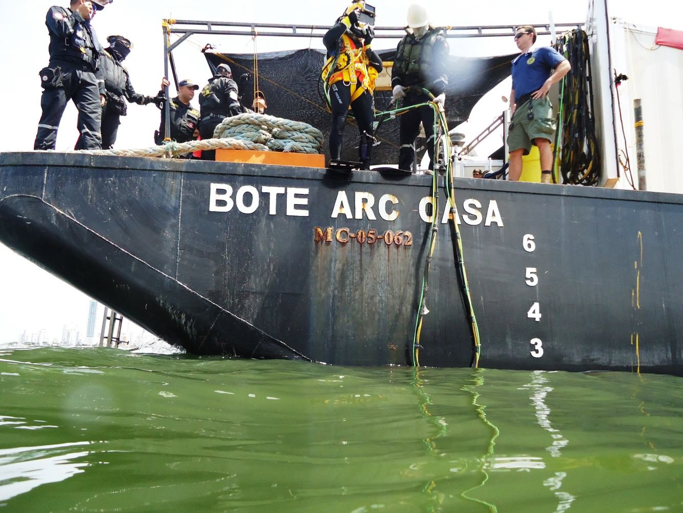 U.S. and Colombian Navies Practice Rescue Diving