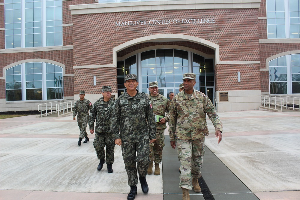 Peruvian Army Commander Visits Military Units in the US