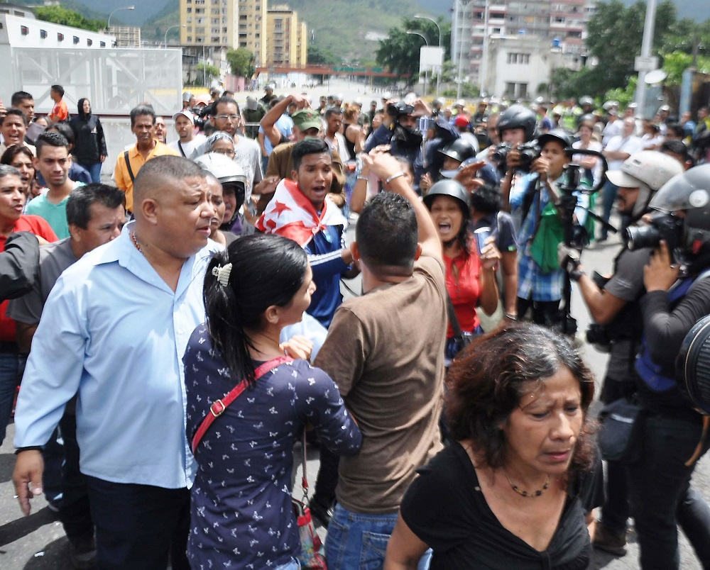 Pro-Maduro Troops Supply Weapons to Criminal Organizations