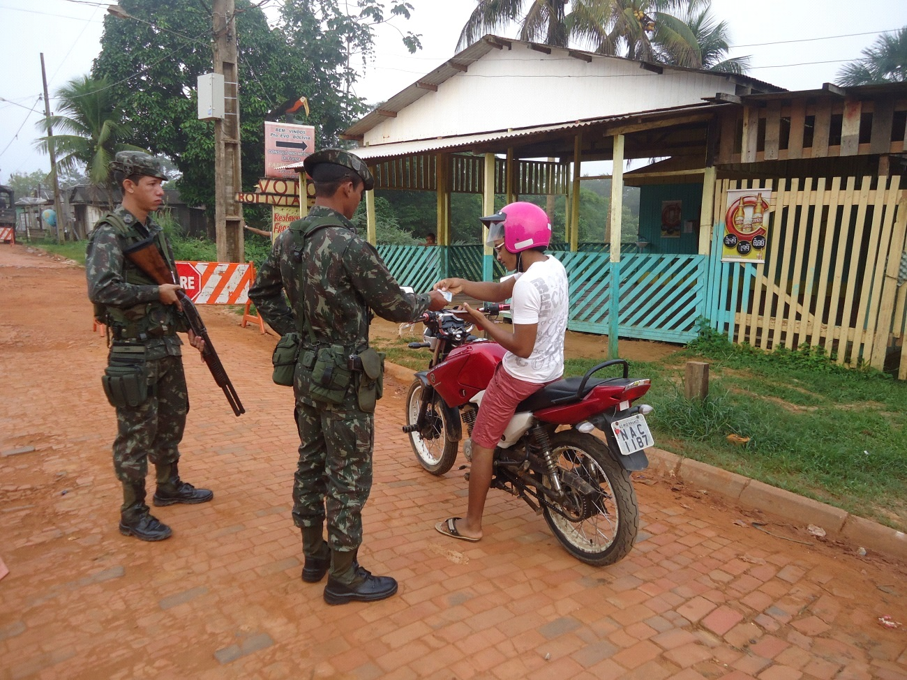 Brazilian Army Soldiers and Police Improve Security with Operation Curaretinga