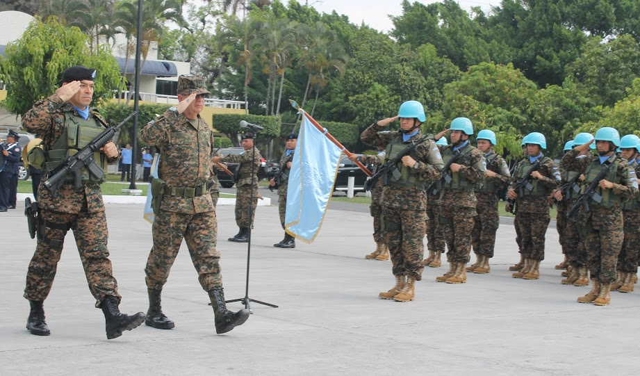 Salvadoran and Chilean MINUSTAH Soldiers Cooperate to Help Haitians