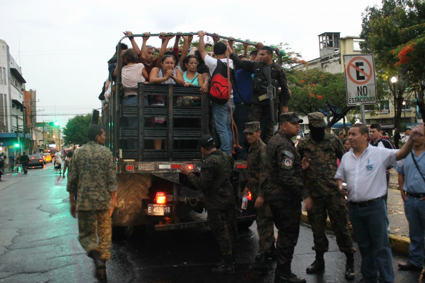 Salvadoran Military Protects Public Transportation from Gangs