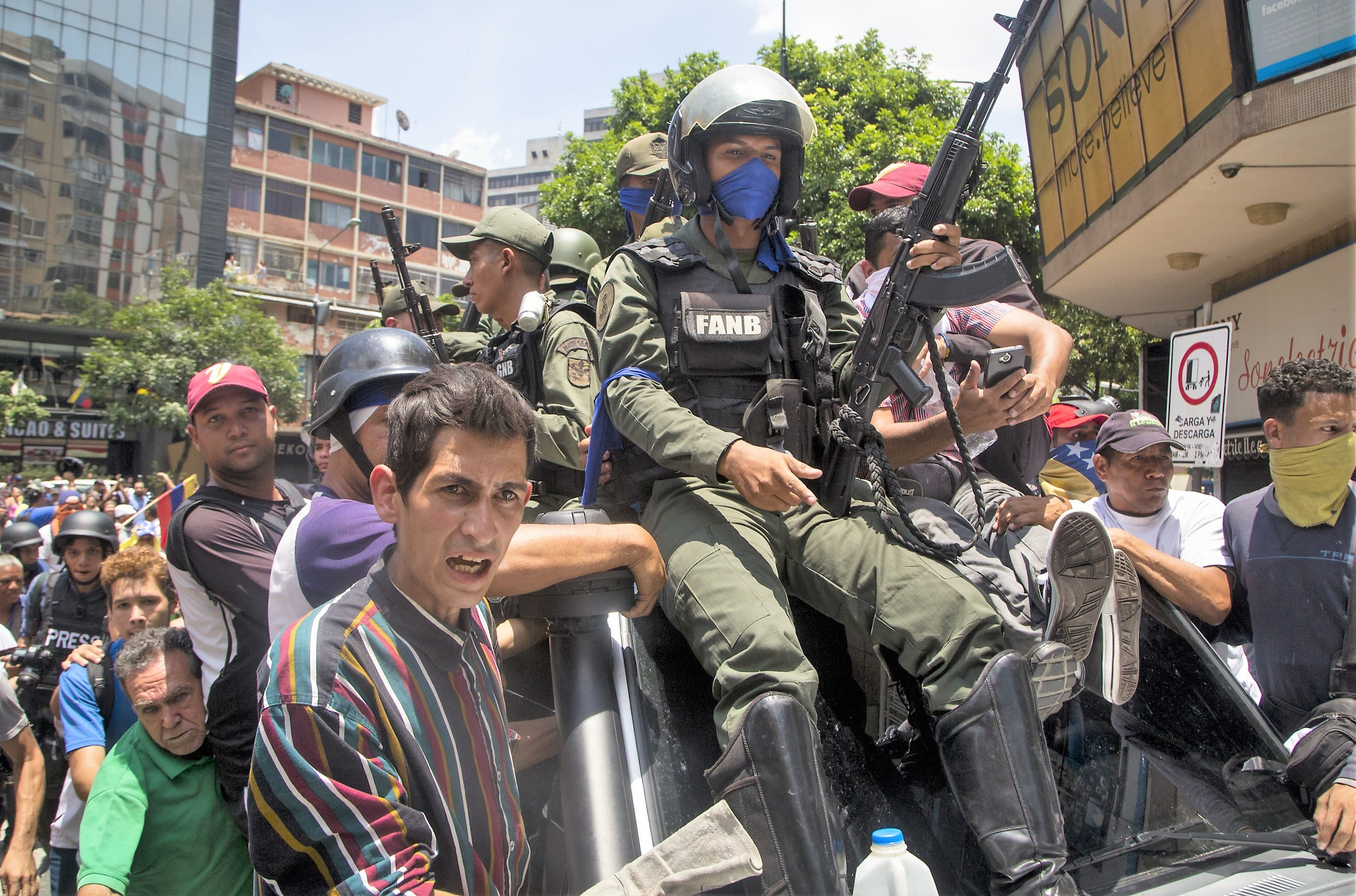 Lealtad y miedo: La conexión entre los militares y Maduro impide que se repite en Venezuela lo que pasó en Bolivia