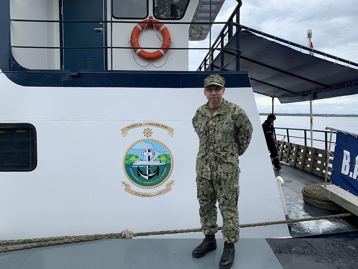 Microbiólogo de la NAMRU-6 se embarca en buque de la Marina de Guerra de Perú por el río Amazonas