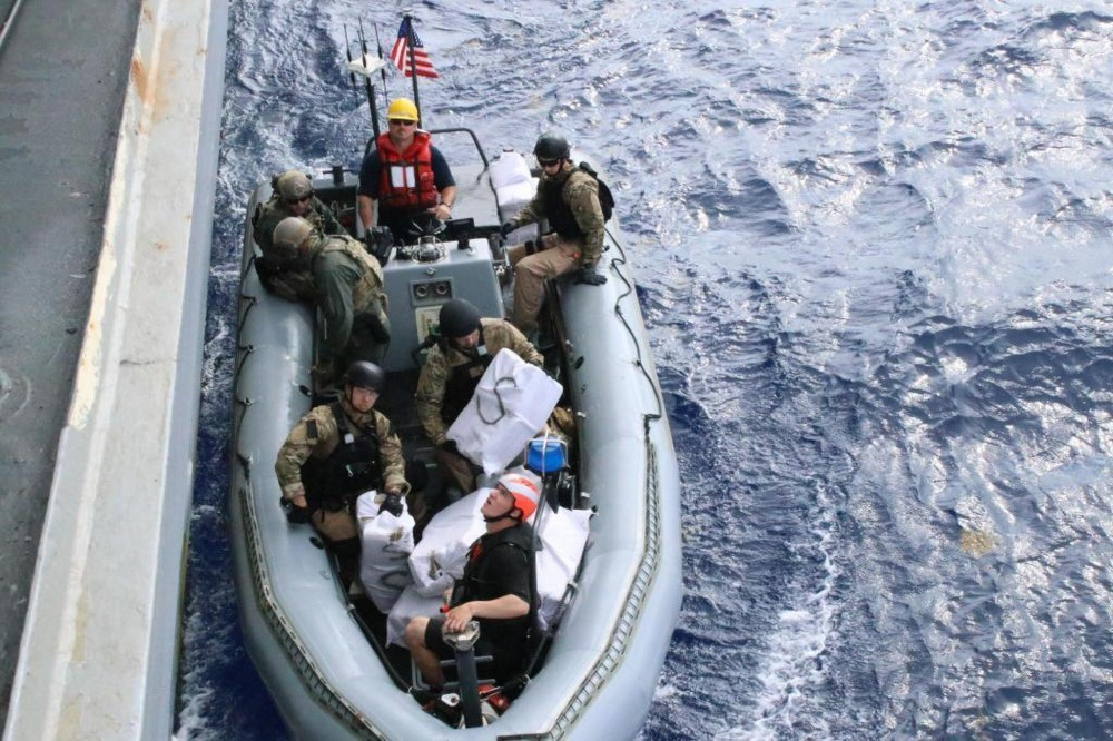 Equipo de la Guardia Costera a bordo del USS Lassen incauta drogas ilegales en el Caribe