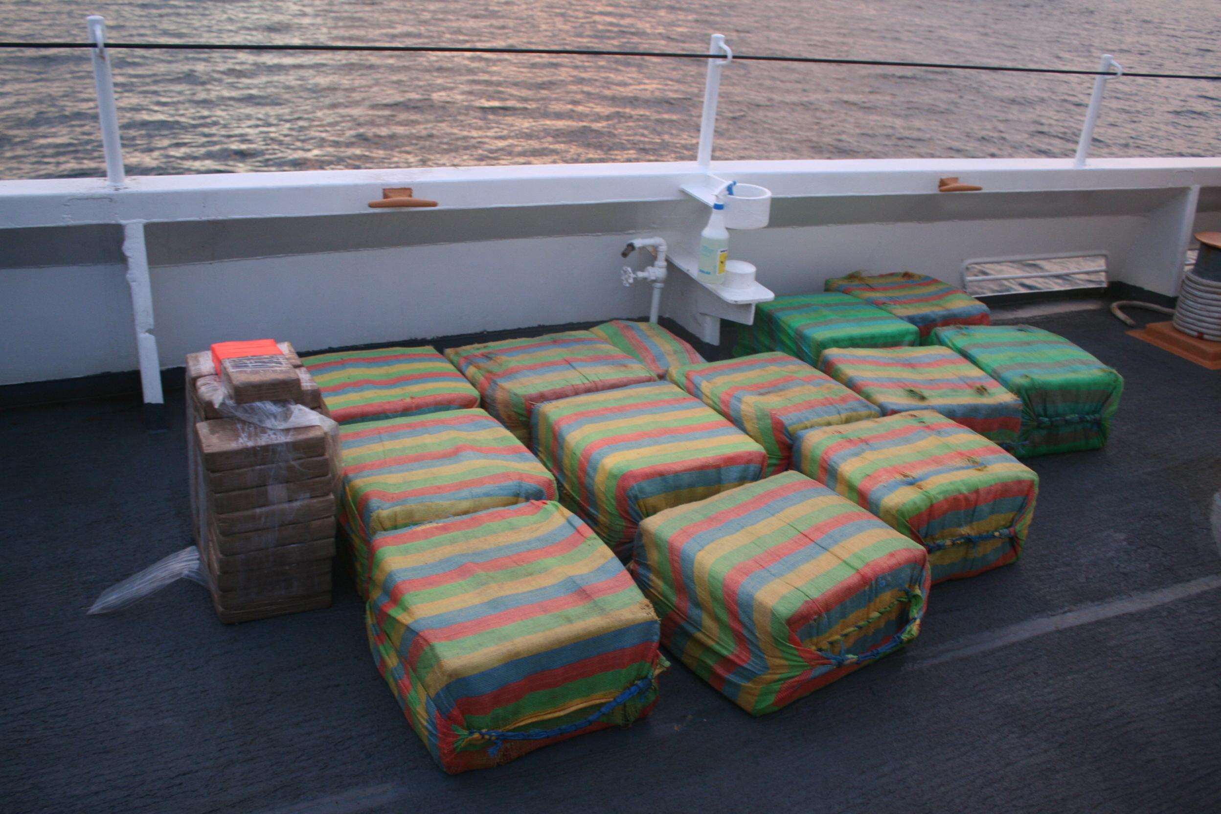 Navio de 54 anos da Guarda Costeira apreende mais de 490 quilos de presumida cocaína em um barco de contrabando na costa da América Central