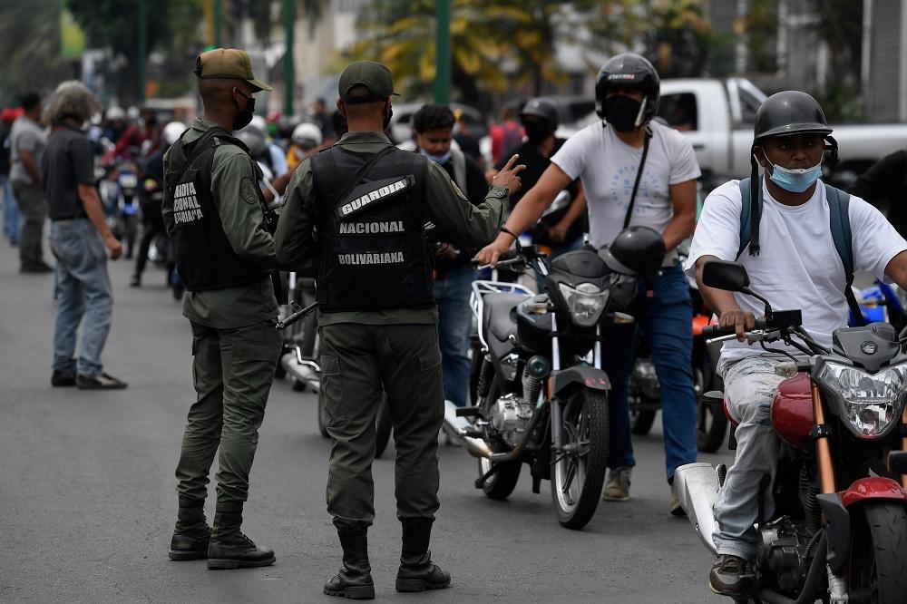 Militares venezuelanos dominam o mercado negro da gasolina