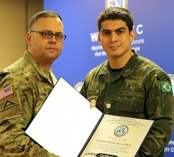 Oficial brasileiro é eleito instrutor do ano no Comando de Treinamento & Doutrina do Exército dos EUA