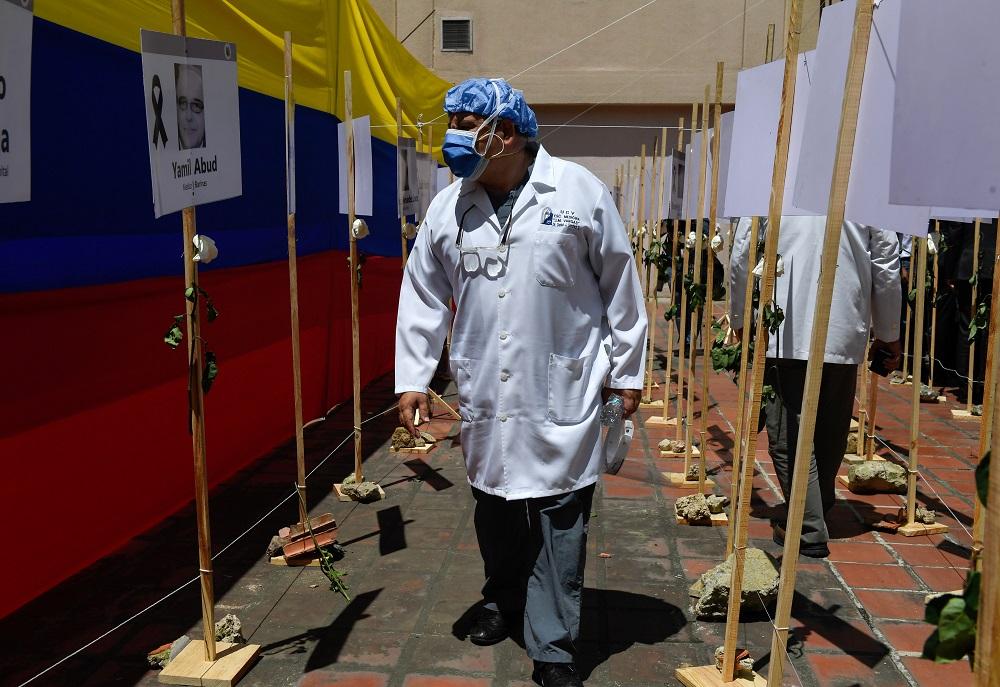 Presidente interino Juan Guaidó paga bônus a trabalhadores da saúde na Venezuela
