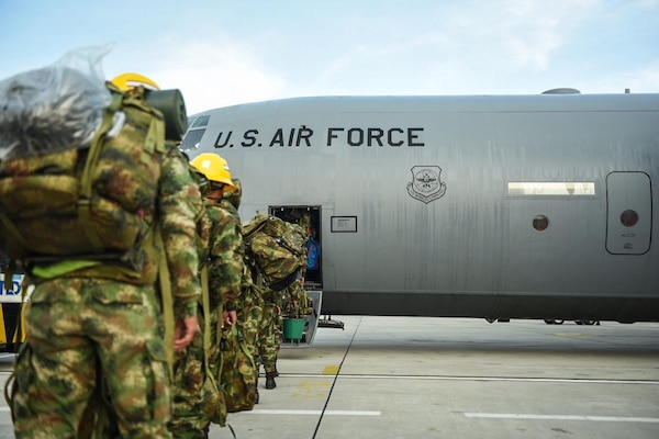Força Aérea dos EUA transporta tropas colombianas de socorro devido ao furacão Iota
