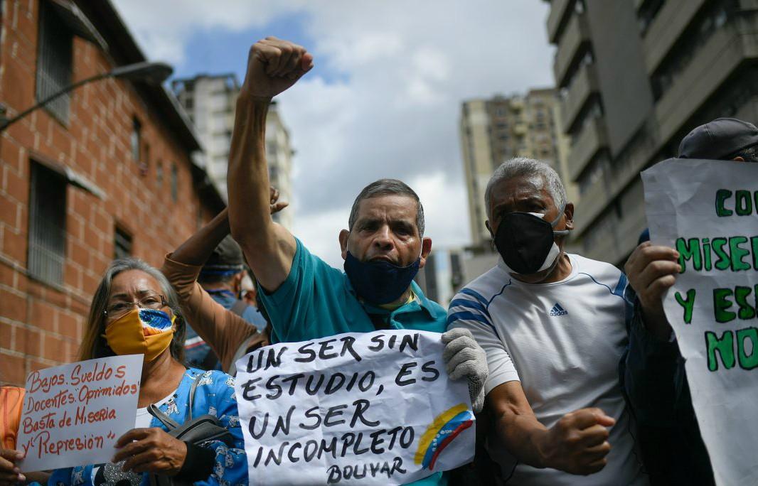 Venezolanos se manifiestan a favor de los maestros y los servicios básicos