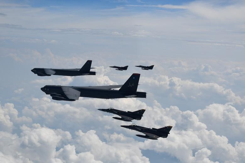 Aviones B-52H de los EE. UU. entrenan junto a la Fuerza Aérea Colombiana y la Armada del Ecuador