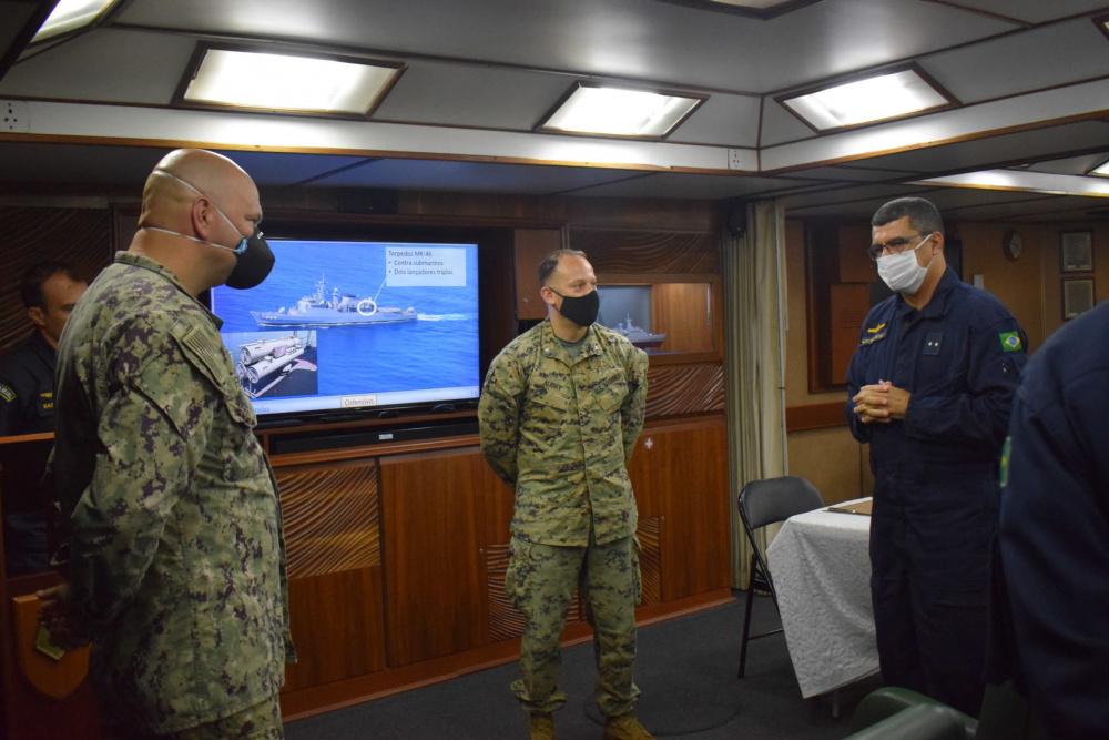 Membros da Marinha e do Corpo de Fuzileiros Navais dos EUA embarcam em navio brasileiro