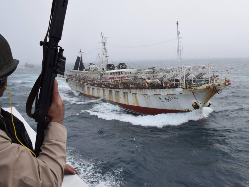 Frota chinesa ameaça os recursos marítimos do Chile e da Argentina