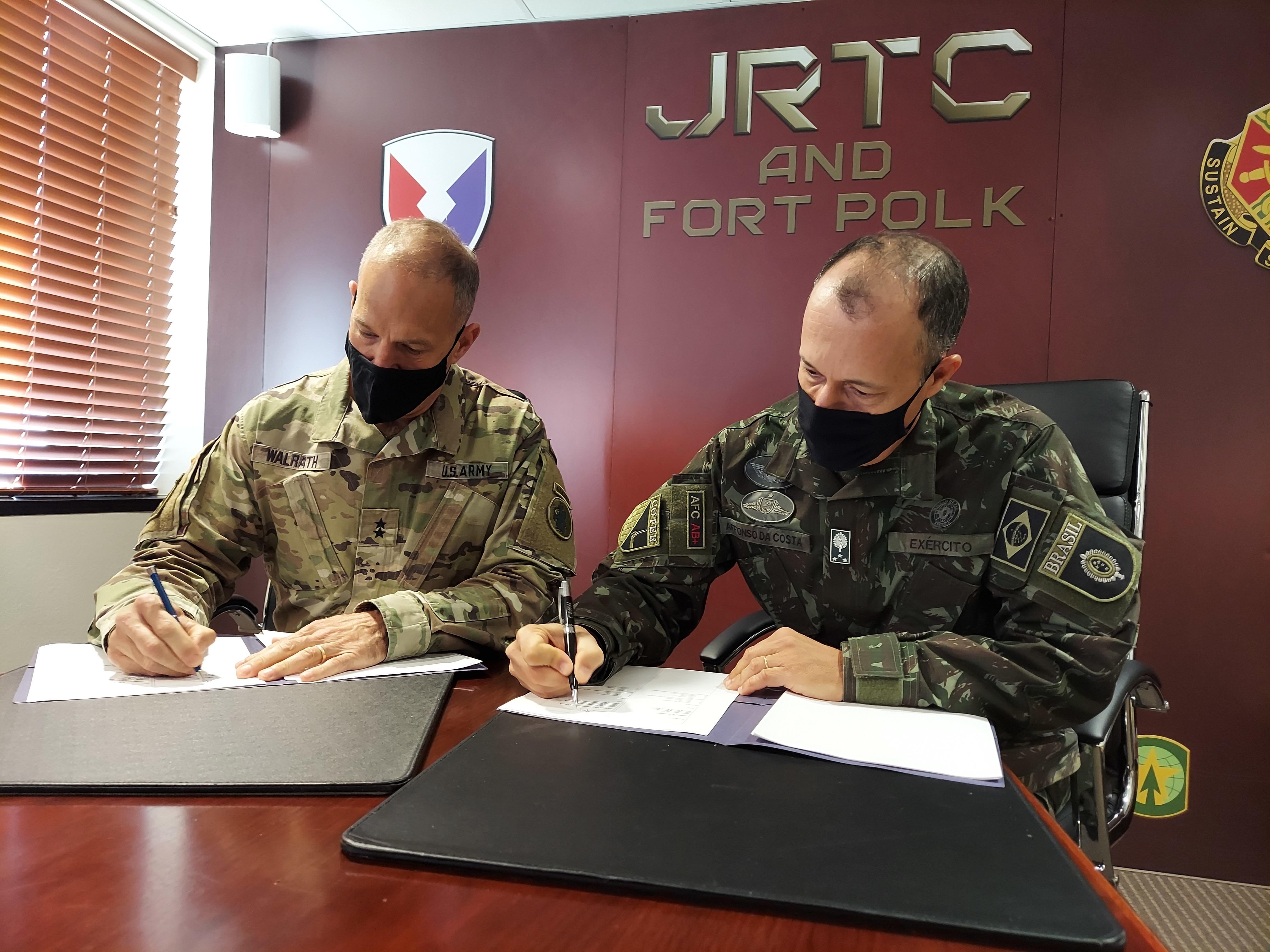 Líderes militares brasileños y estadounidenses profundizan asociaciones en el JRTC