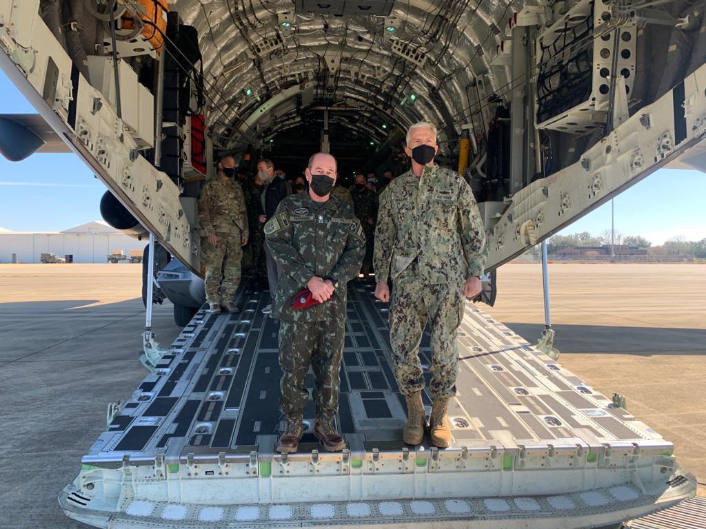 KC-390 realiza lançamento de paraquedistas em treinamento com aeronaves C-17 e C-130 da Força Aérea dos EUA