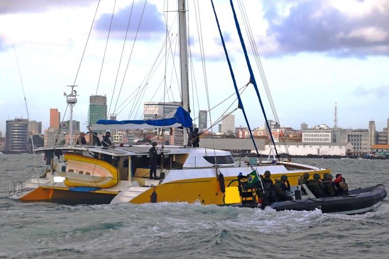 Marinha e Polícia Federal do Brasil interceptam embarcação carregada com cocaína