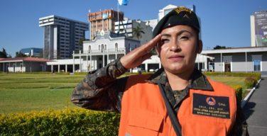 O trabalho de uma soldado depois dos furacões na Guatemala