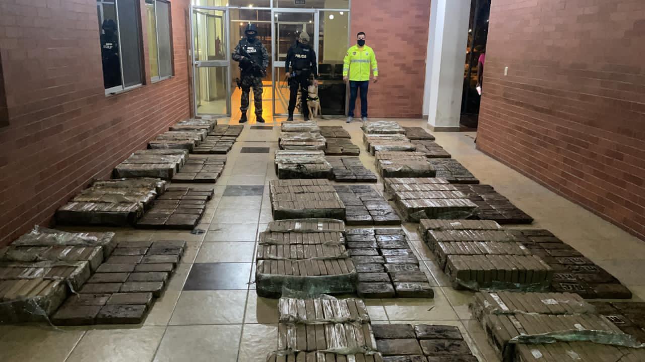 Ecuador incauta 4,5 toneladas de cocaína, y recibe donación EE. UU.