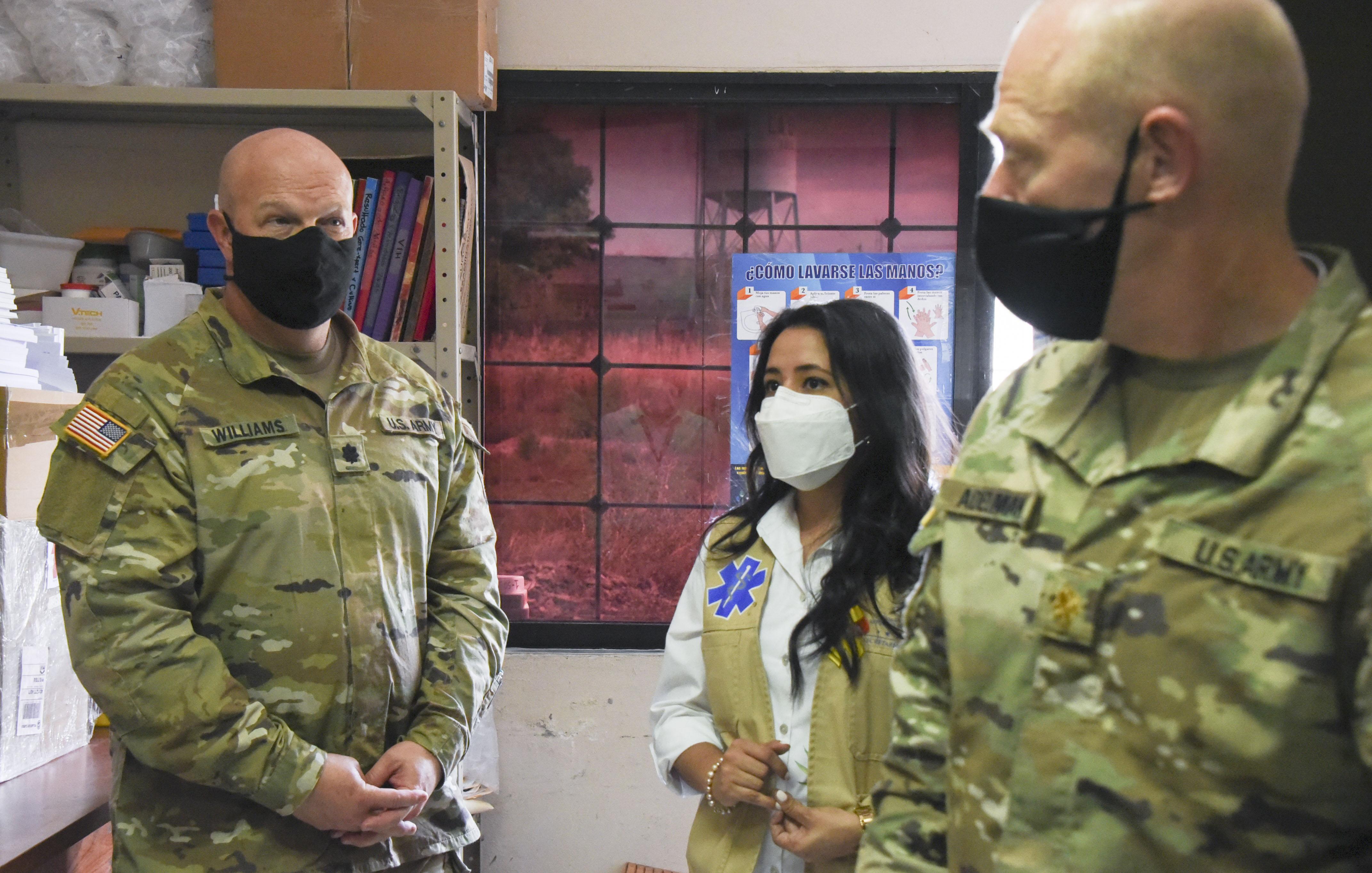 JTF-Bravo dona fumigadores para combatir el dengue en la Paz, Honduras