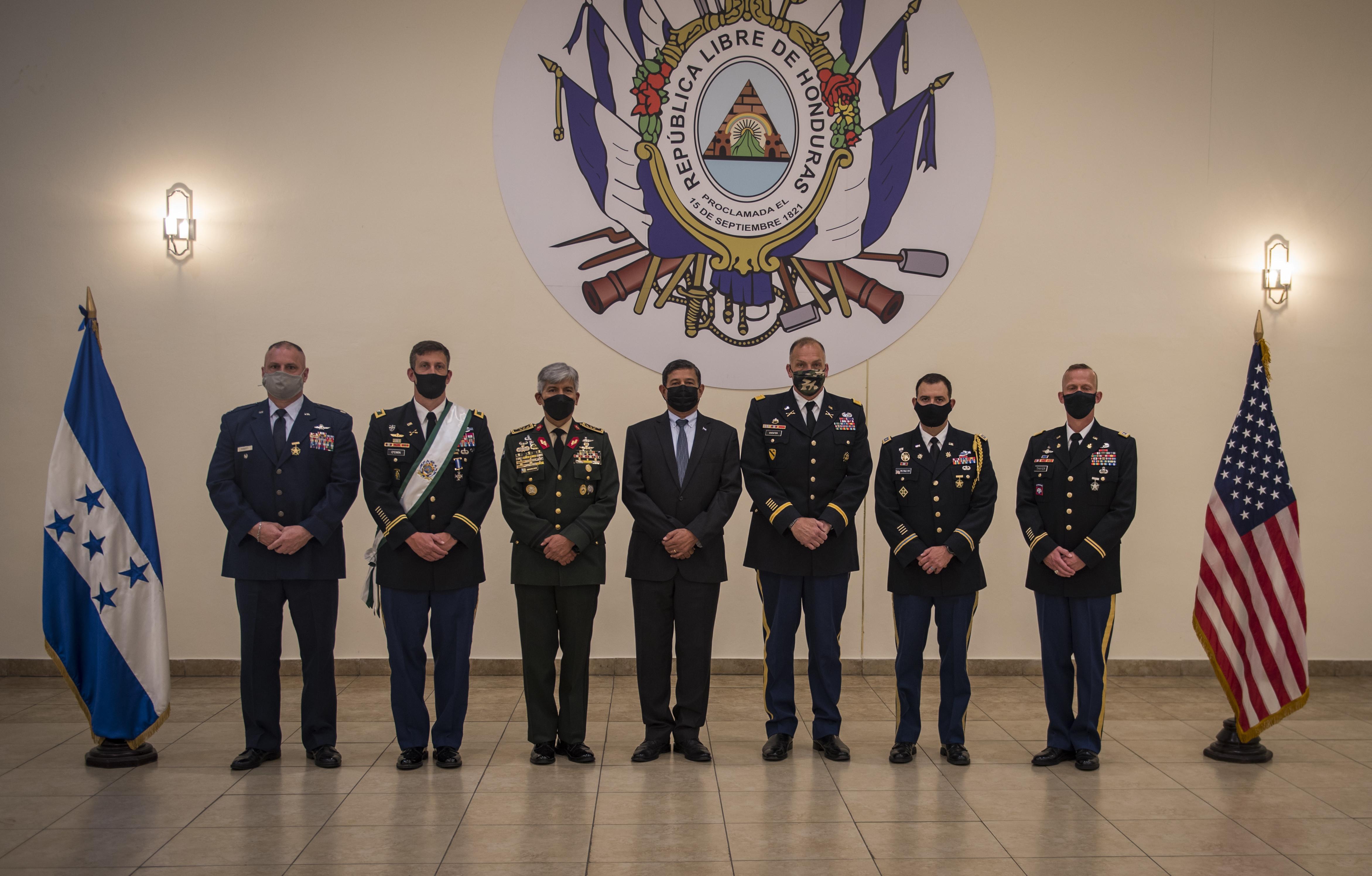 Líderes de JTF-Bravo visitan fuerzas armadas de naciones socias