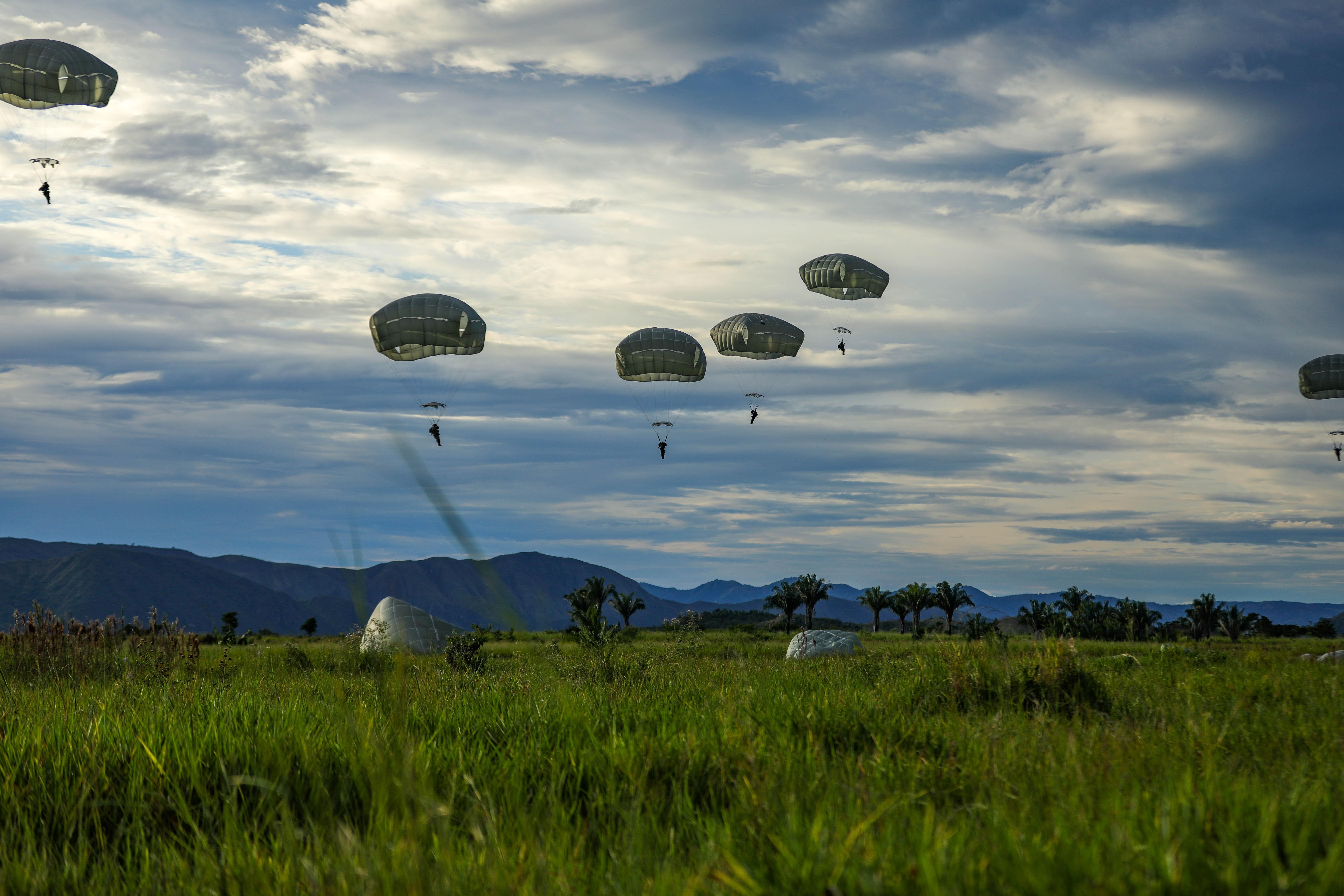 Paracaidistas de los ejércitos de EE. UU. y Colombia concluyen con éxito el ejercicio bilateral DFE