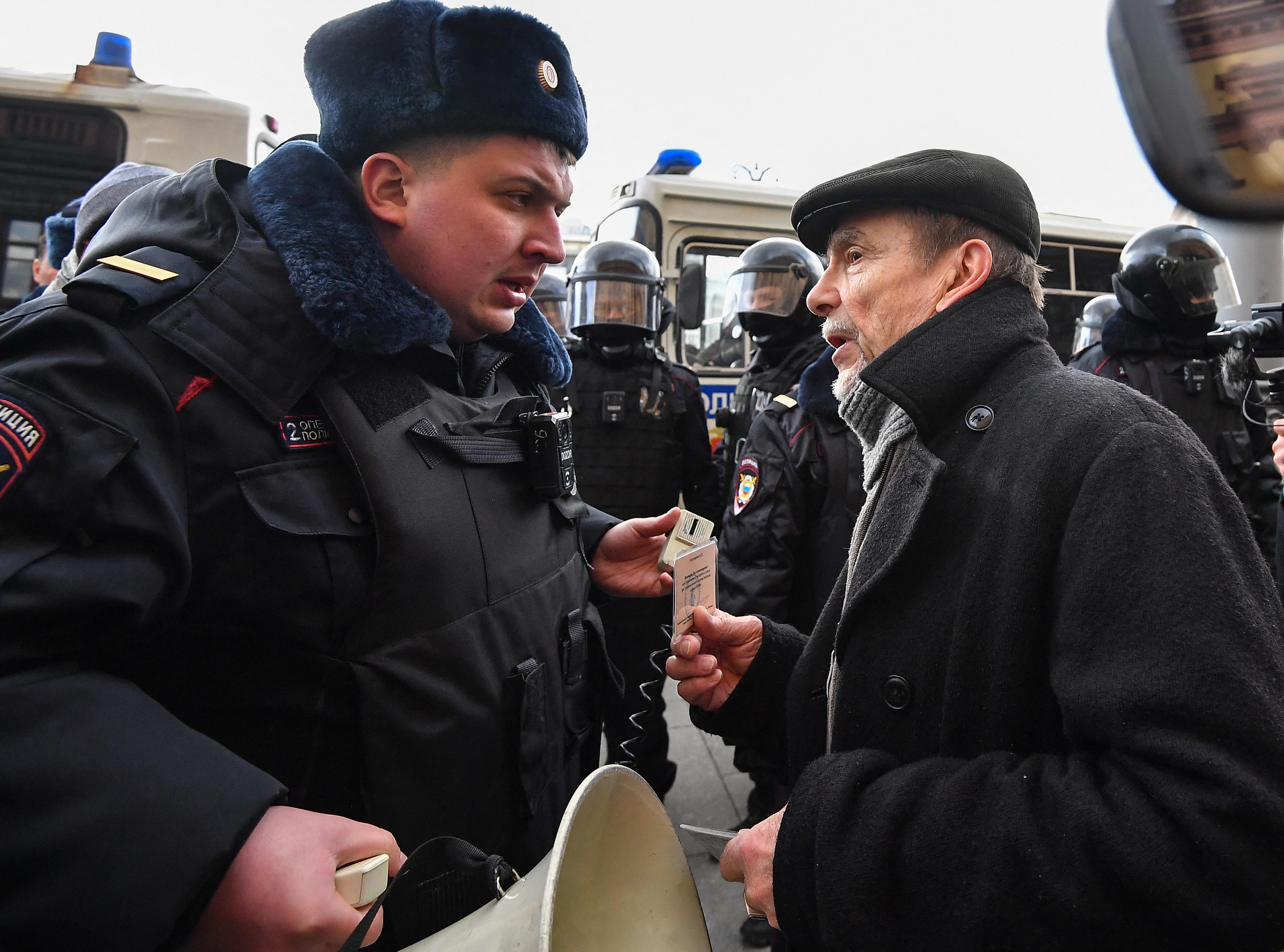 """Cómo la ley rusa de """"agentes extranjeros"""" silencia a la disidencia"""