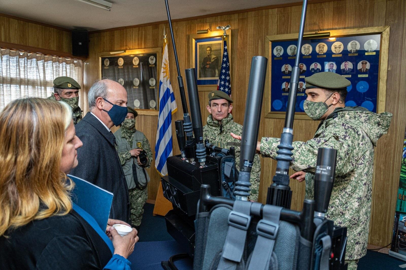 Estados Unidos dona al Ejército de Uruguay equipamiento para operaciones de paz