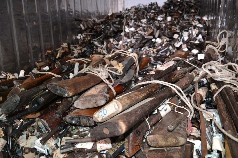 Un contenedor con 5.409 armas ilegales incautadas por las autoridades de seguridad guatemaltecas antes de ser destruidos por personal de la Dirección General de Control de Armas y Municiones del Ministerio de la Defensa (DIGECAM). (Foto: Manuel Ordoñez /Diálogo)