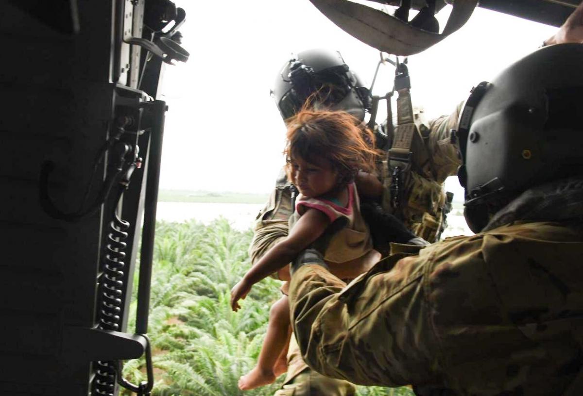 Un helicóptero estadounidense HH-60 Black Hawk asignado al Regimiento de Aviación 1-228 de la Fuerza de Tarea Conjunta-Bravo, rescató a las víctimas del huracán Eta que quedaron atrapadas en las inundaciones, tras los efectos del huracán Eta en Honduras, el 5 de noviembre de 2020. (Foto: Sargento de la Fuerza Aérea Elijaih Tiggs)