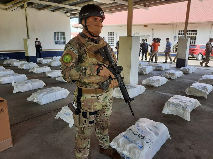 The Panamanian Air and Naval Service (SENAN, in Spanish) seized 1,344 packages of drug on a speedboat off Isla Casayeta. Authorities detained two Colombians and one Panamanian national, on January 26, 2021. (Photo: SENAN/Twitter)
