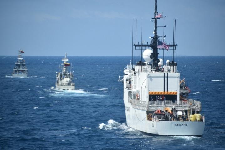 Navios do Equador, Colômbia, Peru e Estados Unidos realizam formações navais durante um exercício de treinamento para o UNITAS LXI no Equador, no dia 4 de novembro de 2020. O exercício foi feito para testar a interoperabilidade e as comunicações entre as nações parceiras. (Foto: Oficial de Controle de Danos e Incêndios da Marinha dos EUA Isaiah Libunao)