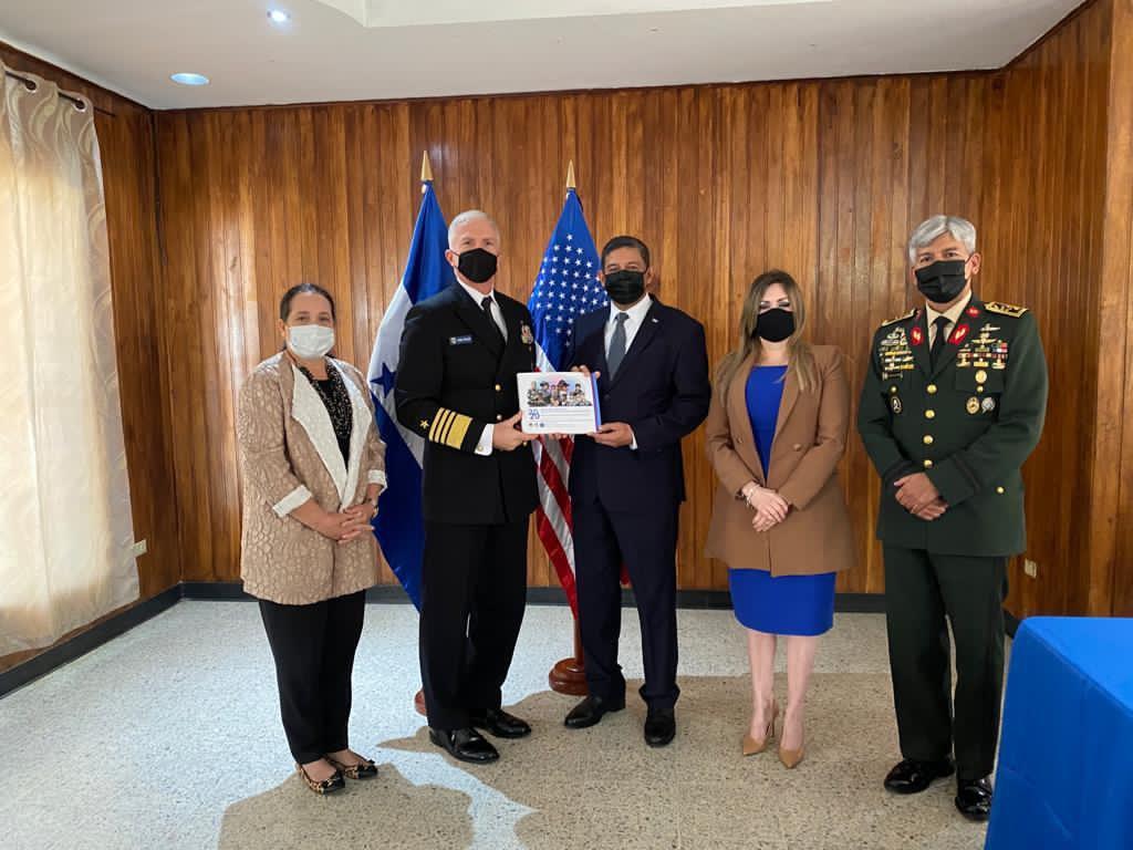 El Almirante de la Marina de los EE. UU. Craig S. Faller (segundo de la izq.), comandante del Comando Sur de los EE. UU. (SOUTHCOM), se reunió en Honduras con Fredy Díaz, ministro de Defensa hondureño (tercero de la izq.), y el General Tito Livio Moreno, jefe de las Fuerzas Armadas de Honduras (quinto de la izq.), para analizar la cooperación en materia de seguridad, el 11 de diciembre de 2020. (Foto: Cuenta de Twitter de SOUTHCOM)