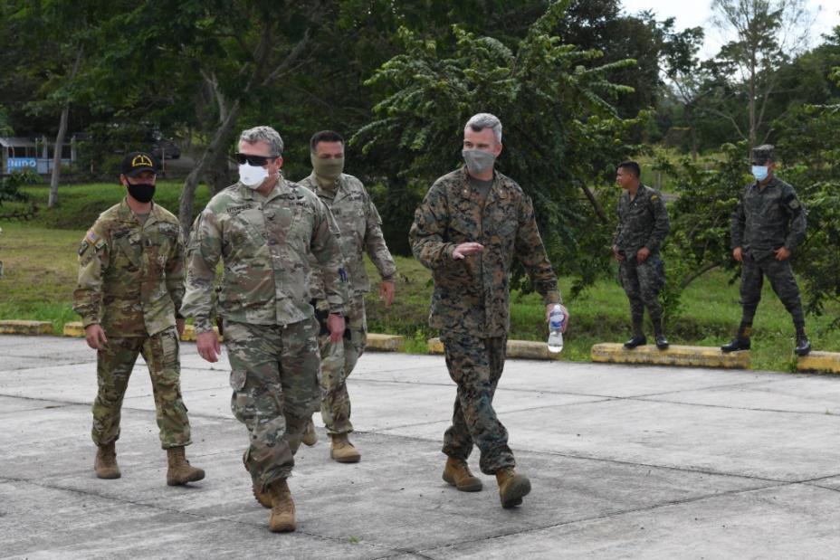El Coronel del Ejército de los EE. UU. John D. Litchfield (frente, izquierda), comandante de la Fuerza de Tarea Conjunta Bravo (JTF-Bravo en inglés), se reúne con el Teniente Coronel del Cuerpo de Infantería de Marina de los EE. UU. Benjamin Blanton (frente, derecha), jefe del Estado Mayor de la JTF-B, para hablar sobre las misiones de ayuda humanitaria que se están coordinando desde Aguacate, Honduras, el 1.º de diciembre de 2020. Nuestro despliegue en la región nos permite responder rápidamente a una crisis como esta, lo cual cobra mayor importancia cuando ocurren desastres naturales en forma consecutiva. (Foto: Contramaestre Primera Clase de la Marina de los EE. UU. Russell Scoggin)