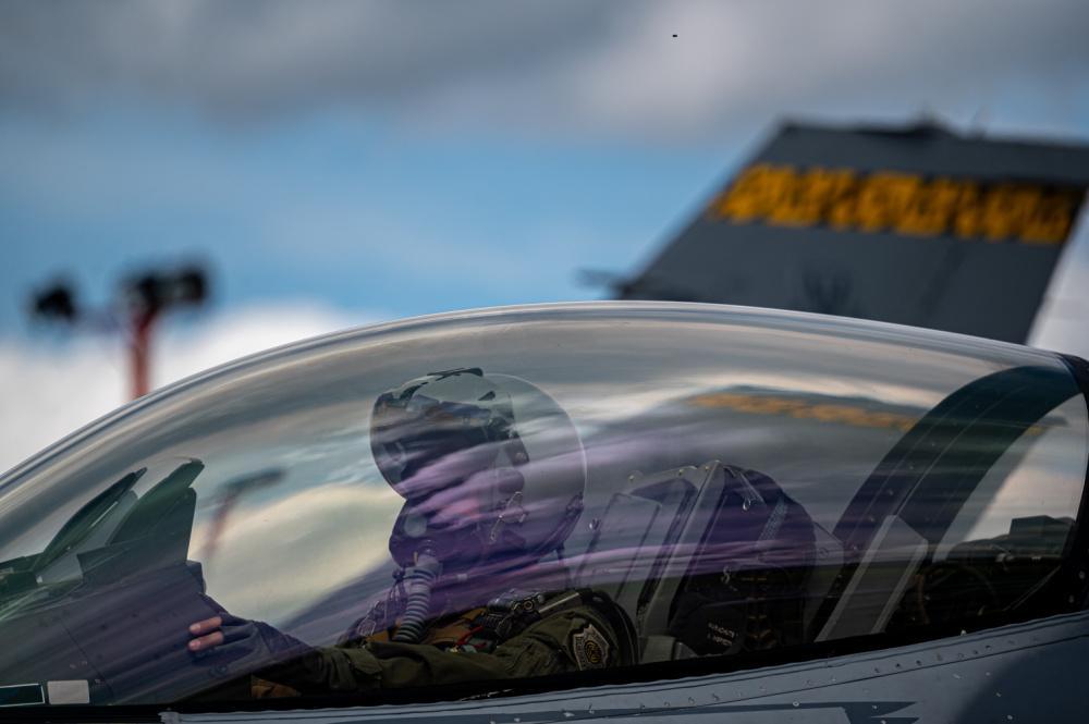 El Coronel de la Fuerza Aérea de los EE. UU. Lawrence T.Sullivan, comandante del Ala 20 de Cazas, opera un caza F-16 Fighting Falcon de la Fuerza Aérea de los EE. UU., durante el Ejercicio Relámpago VI en el Comando de Combate Aéreo N.º 5 (CACOM 5) en Rionegro, Colombia, el 13 de julio de 2021. El Relámpago VI es un ejercicio combinado que llevan a cabo los EE. UU. y Colombia en el teatro de operaciones del Comando Sur de los EE. UU. (SOUTHCOM), el cual se enfoca en técnicas, tácticas y procedimientos para fortalecer la larga asociación entre ambas fuerzas armadas. (Foto: Aerotécnico Jefe de la Fuerza Aérea de los EE. UU. Jacob Gutierrez)