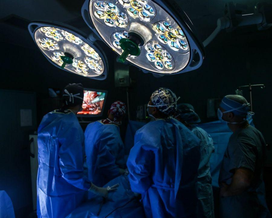 Members of the surgical team aboard the USNS Comfort perform a gallbladder surgery on a patient from Esmeraldas, Ecuador, where the ship anchored as part of its Enduring Promise mission to Latin America, October 23, 2018. (Photo: U.S. Army Corporal Javan Johnson)