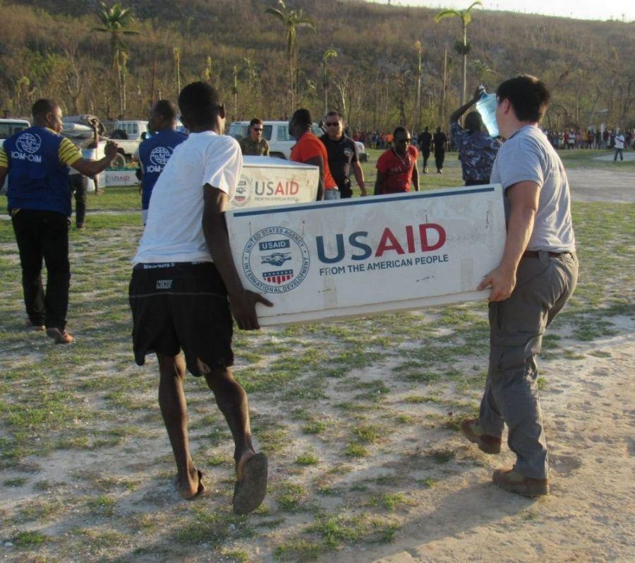 Membros da Força-Tarefa Matthew e representantes da Agência Americana para o Desenvolvimento Internacional (USAID, por sua sigla em inglês) entregaram ajuda humanitária às áreas afetadas pelo furacão Matthew em Jeremie, Haiti, dia 7 de outubro de 2016. (Foto: CMG (FN) Tyler Hopkins/Corpo de Fuzileiros Navais dos EUA, Sul)