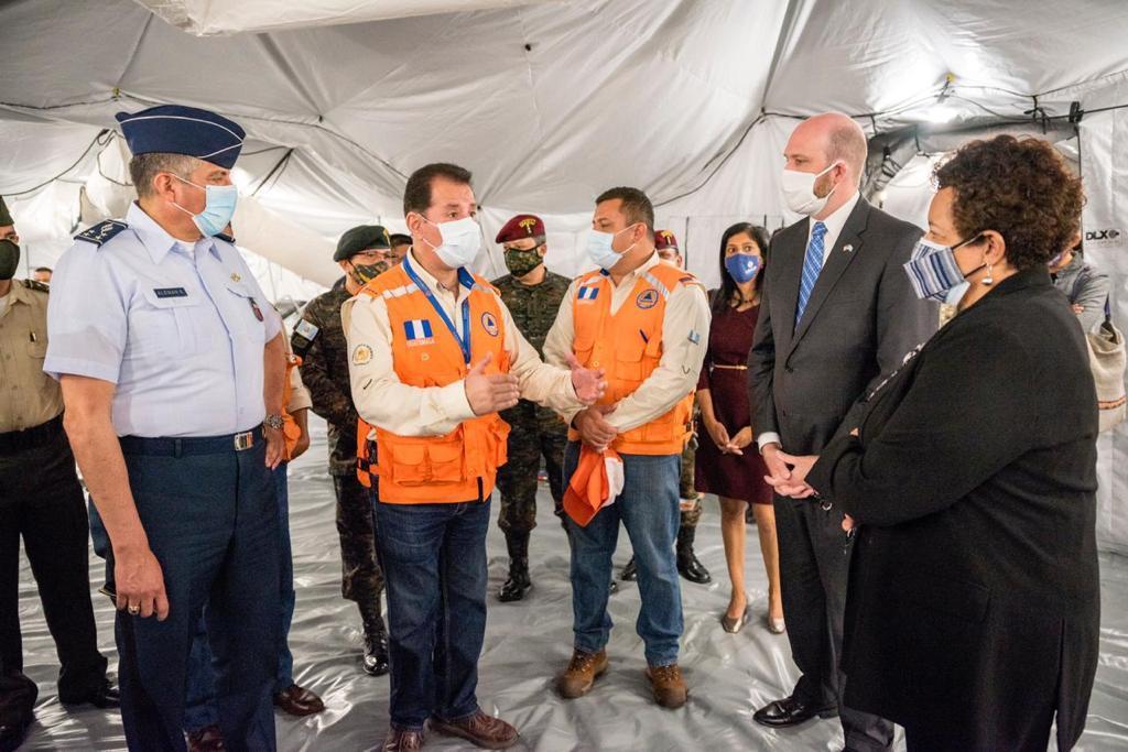 El embajador de los EE. UU. en Guatemala William W. Popp participa en la donación de dos hospitales de campaña, entregados al Gobierno de Guatemala por medio de SOUTHCOM, la Fuerza de Tarea Conjunta Bravo y USAID Guatemala, para apoyar al Ministerio de Salud Pública, al Ejército de Guatemala y a la Coordinadora Nacional para la Reducción de Desastres de Guatemala, en respuesta ante la COVID-19, el 22 de octubre de 2020. (Foto: SOUTHCOM, página de Twitter)