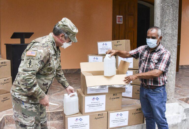 El Coronel del Ejército de los EE. UU. John Litchfield, comandante de la Fuerza de Tarea Conjunta Bravo, desempaqueta suministros médicos con Francisco Méndez, alcalde de Lejamaní, un municipio del departamento de Comayagua, Honduras, el 11 de agosto de 2020. La donación formó parte de cuatro entregas distintas en los departamentos de La Paz y Comayagua, que incluyeron equipos de protección personal y suministros médicos, bajo el HAP de SOUTHCOM para ayudar a profesionales de la salud locales en la lucha contra el COVID-19 en la región. (Foto: Maria Pinel/Fuerza de Tarea Conjunta Bravo)