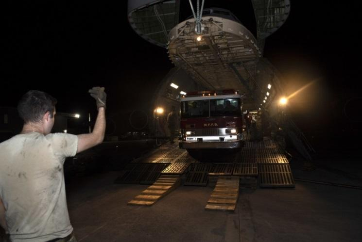 El Aerotécnico Jefe de la Fuerza Aérea de los EE. UU. Nicholas Ramos, operador de cargas del Escuadrón de Transporte Aéreo N.º 22, dirige la descarga de un vehículo de emergencia a bordo de un C-5M Super Galaxy, el 22 de septiembre de 2020, en Santo Domingo, República Dominicana. El Programa Denton, un programa de transporte del Departamento de Defensa, donó tres vehículos de extinción de incendios y cuatro paletas con suministros de combate al fuego destinados a equipos de bomberos de 10 municipios en la República Dominicana. (Foto: Aerotécnico Jefe de la Fuerza Aérea de los EE. UU. Jonathon Carnell)