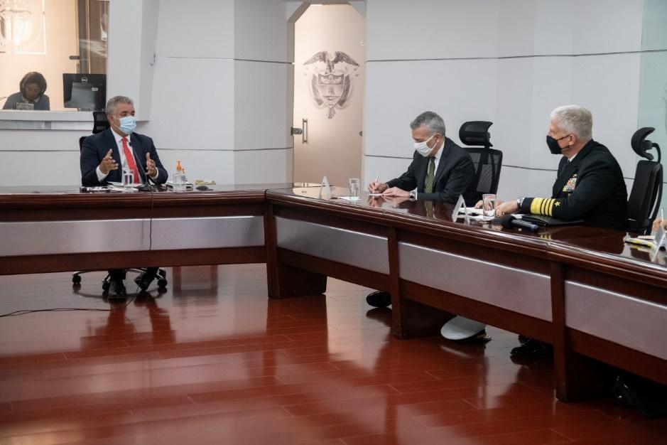El embajador de los EE. UU. Philip Goldberg (segundo de la izq.) y el Almirante de la Marina de los EE. UU. Craig S. Faller (tercero de la izq.), comandante de SOUTHCOM, se reúnen con el presidente colombiano Iván Duque (izq.), para analizar el futuro de la alianza militar, que facilita la cooperación humanitaria con Colombia, el 14 de diciembre de 2020. (Foto: Embajada de los EE. UU. en Bogotá)
