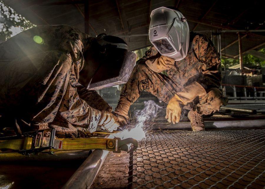 Infantes de marina de los EE. UU. desplegados con la SPMAGTF-SC sueldan una cerca de seguridad, como parte de un proyecto de construcción en una escuela en Flores, departamento de Petén, Guatemala, el 6 de agosto de 2018. (Foto: Sargento del Cuerpo de Infantería de Marina de los EE. UU. Justin M. Smith)