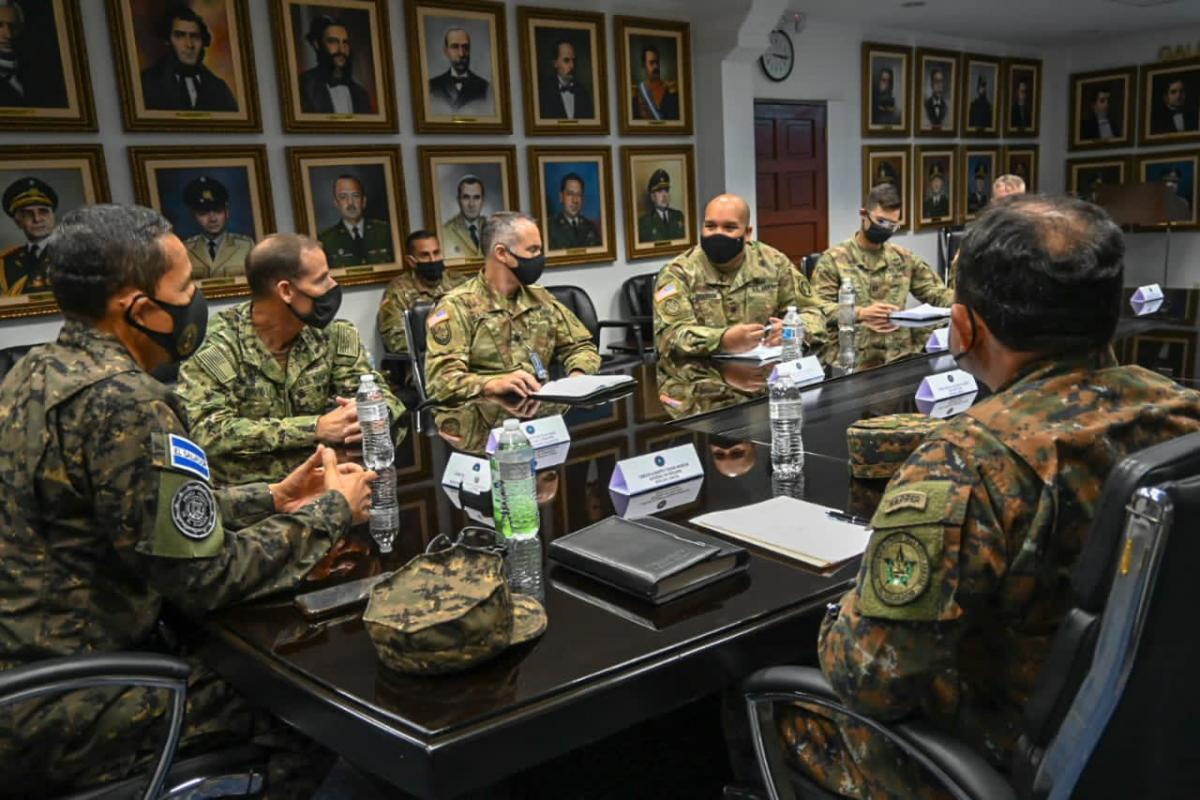 U.S. Navy Rear Admiral Keith B. Davids (second from L), commander of U.S. Special Operations Command South, visited El Salvador to check on the support provided to the Salvadoran Armed Force's Special Forces Command, on December 11, 2020. (Photo: Salvadoran Ministry of Defense/Twitter)