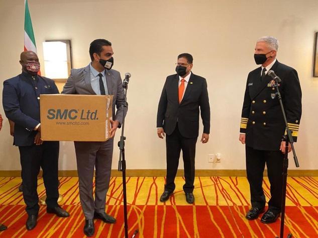 En Surinam, el Almirante De la Marina de los EE. UU. Craig S. Faller, comandante de SOUTHCOM, se reunió el 13 de enero con el presidente Chan Santokhi y el ministro de Salud Amar Ramadhin, para entregar una donación de suministros médicos valuados en más de USD 588 000, y reforzar la respuesta al COVID-19 en el país. El Programa de Asistencia Humanitaria de SOUTHCOM financió la donación. (Foto: Página Twitter de SOUTHCOM)