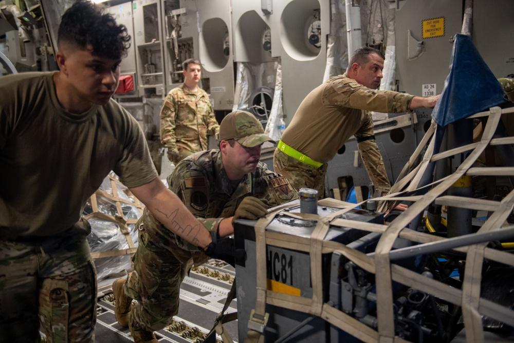 El Sargento Tercero de la Fuerza Aérea de los EE. UU. Jacob Guy (centro), suboficial a cargo del transporte aéreo expedicionario durante el Ejercicio Relámpago VI, descarga equipos de un C-17 Globemaster III, con jefes de carga de C-17 y bomberos del Relámpago VI, en el Comando de Combate Aéreo N.º 5 (CACOM 5) en Rionegro, Colombia, el 5 de julio de 2021. El Ejercicio Relámpago VI será útil para el personal militar estadounidense, ya que brindará un valioso entrenamiento además de experimentar la complejidad de ejecutar un despliegue fuera del país. (Foto: Sargento Segundo de la Fuerza Aérea de los EE. UU. Emili Koonce)