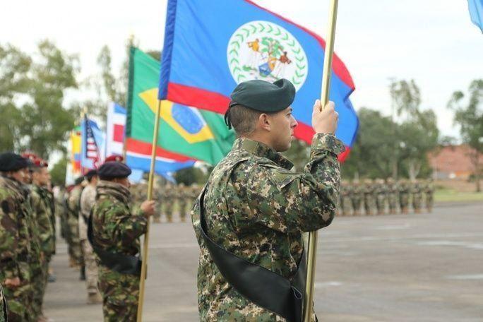 La edición 2017 de Fuerzas Comando, una competencia militar anual de operaciones especiales y lucha contra el terrorismo entre 20 países amigos del hemisferio occidental, se dio inicio el 17 de julio, en Paraguay. El evento es auspiciado por el Comando Sur de los EE. UU. (SOUTHCOM) y dirigido por el Comando de Operaciones Especiales Sur (SOCSOUTH). En la foto, los equipos de las fuerzas multinacionales desfilan en la ceremonia de apertura. (Foto: Ejército de los EE. UU., Sargento Christine Lorenz)