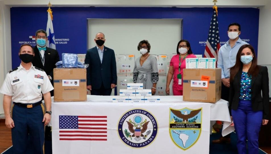 El 27 de julio de 2020, los Estados Unidos entregaron equipos de protección personal al Ministerio de Salud de Panamá para el Hospital San Miguel Arcángel de Ciudad de Panamá y los sectores sanitarios de Chiriquí y Colón. La donación, valuada en unos USD 90 000, incluyó 35 000 mascarillas médicas, 6000 uniformes médicos, más de 125 000 gorros quirúrgicos y más de 175 000 guantes. (Foto: Embajada de los EE. UU. en Panamá)