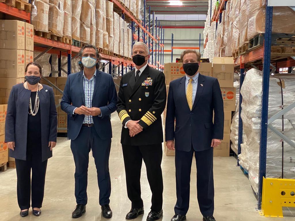 El Almirante de la Marina de los EE. UU. Craig S. Faller (tercero de la izq.), comandante de SOUTHCOM, y su asesora de política exterior Jean Manes (primera de la izq.), visitaron la sede del Programa Mundial de Alimentos (PMA) de las Naciones Unidas en Panamá, para observar cómo la institución apoya los esfuerzos de ayuda hemisférica, el 11 de diciembre de 2020. Ese mismo día, el PMA recibió el Premio Nobel de la Paz, por sus esfuerzos para combatir el hambre en todo el mundo. (Foto: Cuenta de Twitter del Comando Sur de los EE. UU.)
