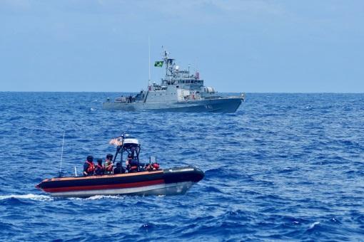 La tripulación de un bote pequeño del USCGC Stone (WMSL 758) navega junto al buque Guaiba de la Marina de Brasil, frente a las costas del norte brasileño, el 4 de enero de 2021. El Stone y el Guaiba se unieron para compartir y practicar tácticas policiales y de rescate, en el marco de la Operación Cruz del Sur. (Foto: Contramaestre de Tercera Clase de la Guardia Costera de los EE. UU. John Hightower)